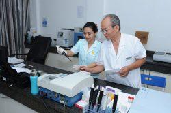 Bác sĩ phòng khám đa khoa Thiện Hòa cần trọng trong từng quy trình chăm sóc bệnh nhân.