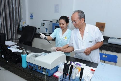 Bác sĩ phòng khám đa khoa Thiên Hòa cần trọng trong từng quy trình chăm sóc bệnh nhân.